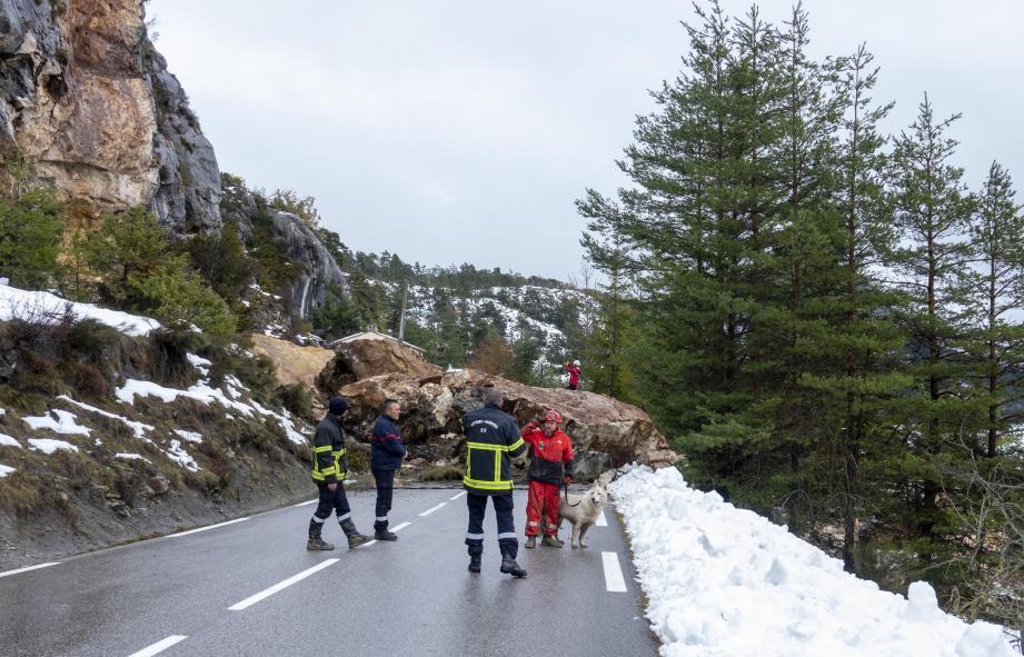 En présence des maîtres-chiens et sapeurs pompiers, un géologue examine la falaise. Il s'en est fallu de quelques centimètres pour que la maison soit détruite. Dans la maison voisine, le vacarme de l'éboulement a surpris.