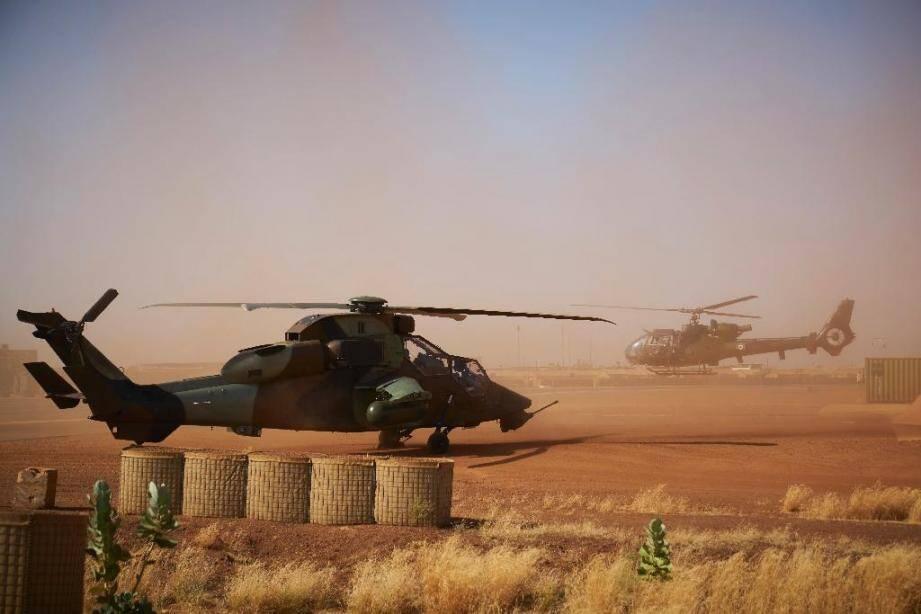 Un hélicoptère de combat Tigre (g) sur la base militaire de l'armée française, le 8 novembre 2019 à Gao, au Mali AFP/Archives / MICHELE CATTANI