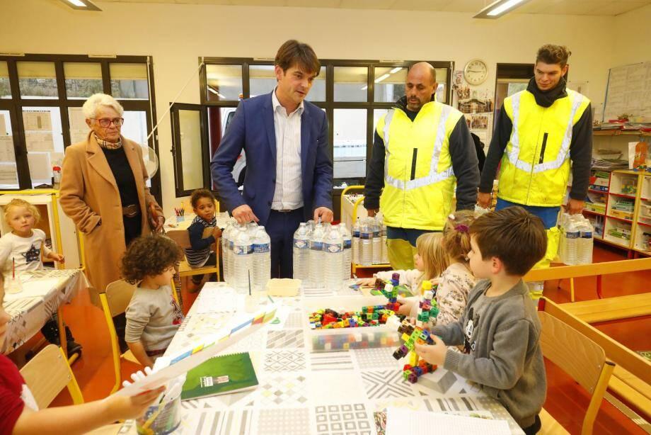 Le 22 novembre dernier, la municipalité dépose quotidiennement plusieurs bouteilles d'eau dans les crèches et les écoles. Elles ont été financées par Suez.