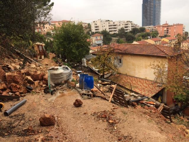 Les habitants de la maison en contrebas ont du être évacués face à un pan de mur menaçant.