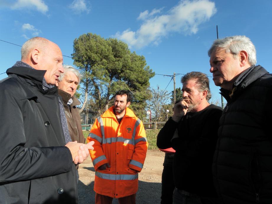 Face au sous-préfet et au maire, Édouard Grégoriou, propriétaire du restaurant du Lac, a fait part de ses doutes.