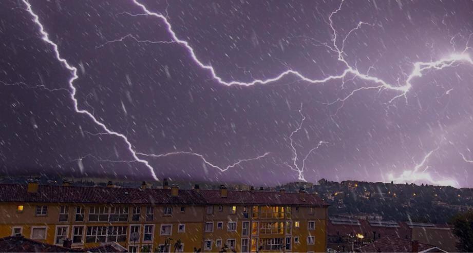 Un orage accompagné d'éclairs sur Grasse.
