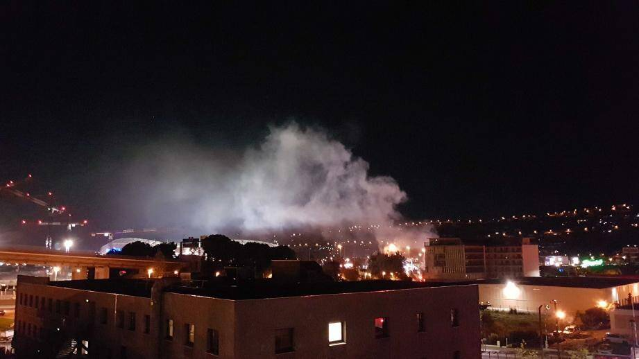 Un véhicule en feu a été signalé ce vendredi soir, vers 21h30, sur la bretelle de sortie de Nice Saint-Isidore (n°52), en direction d'Aix-en-Provence.