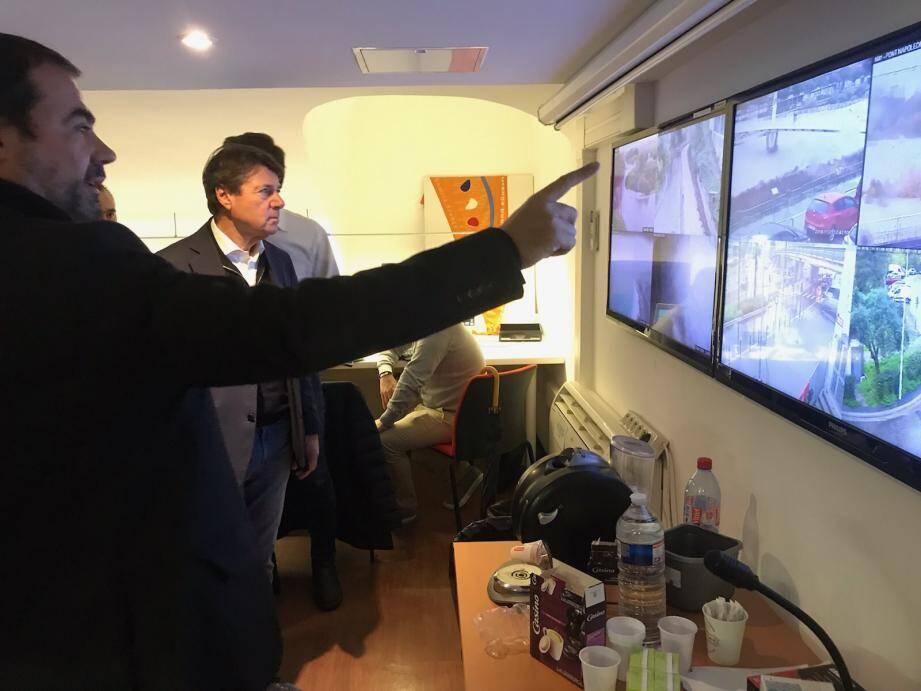 La ville de Nice a actionné son PC crise, depuis la mairie, vendredi soir. Elle alerte ce samedi midi sur la situation du vallon du Magnan et sur celle du Paillon. Tunnel et pénétrante pourraient être fermés dans les heures qui viennent, en fonction du niveau de la crue.