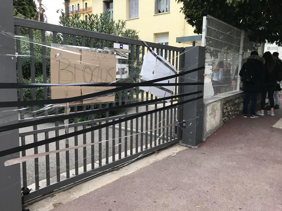 L'une des entrées avait déjà été bloquée au lycée Jean-Aicard à Hyères lundi matin.
