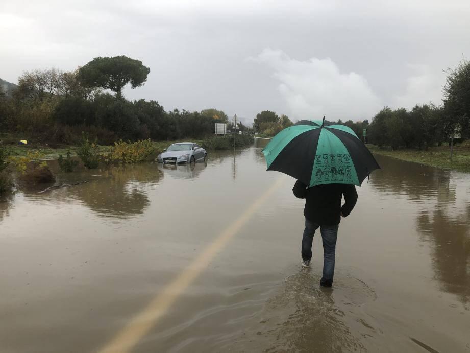 À Mandelieu, la zone des Tourrades  inondée.