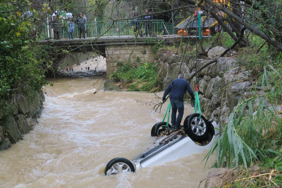 Une voiture tombée dans la rivière Valmasque à Biot
