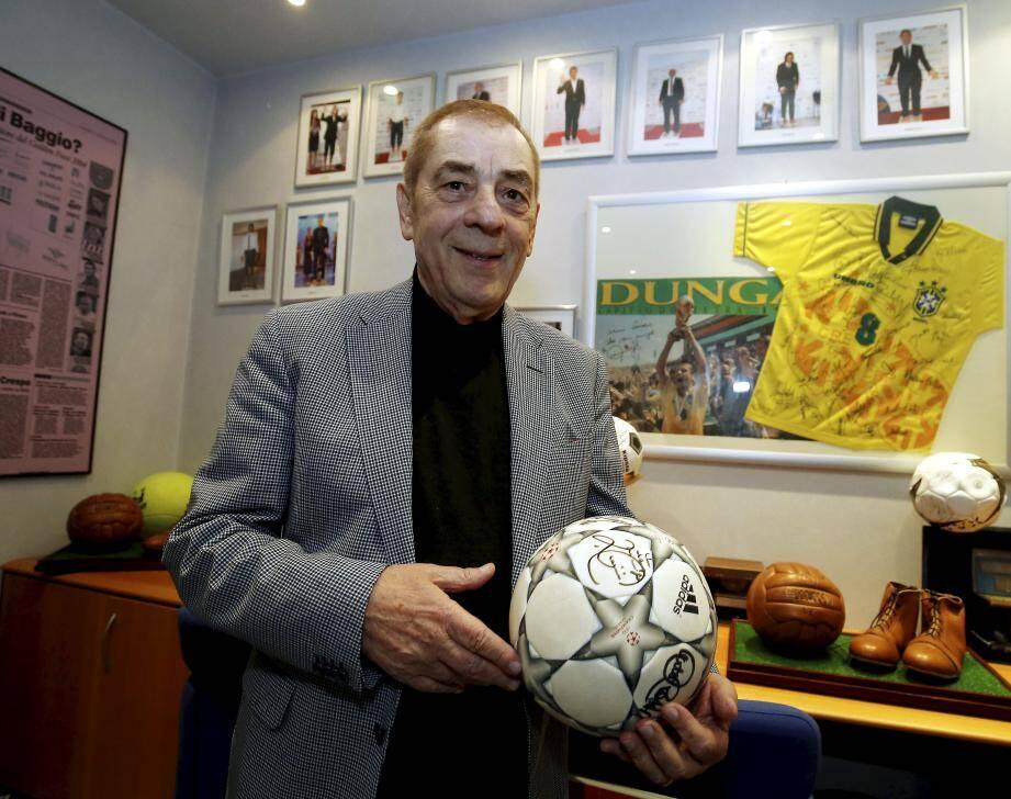 Antonio Caliendo dans son bureau monégasque aux airs de temple du football.