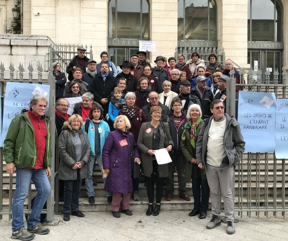 Une quarantaine de personnes s'est rassemblée devant le palais de justice de Nice.