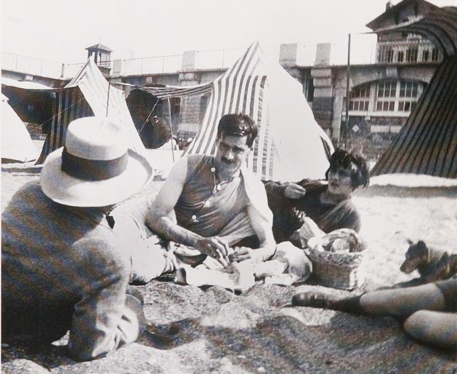 Arthur Edward Capel et Gabrielle Chanel sur une plage en 1917