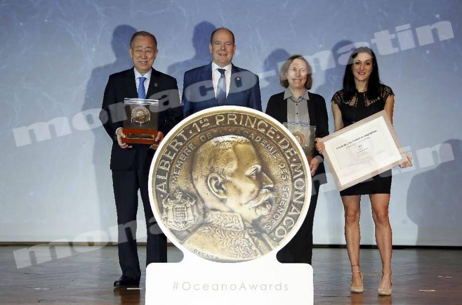 Autour du prince Albert II au Musée océanographique ce jeudi, les deux lauréats des Grandes Médailles Albert Ier, Ban Ki-moon et la professeure Lisa Ann Levin, ainsi que Violaine Pellichero, lauréate du prix de thèse.