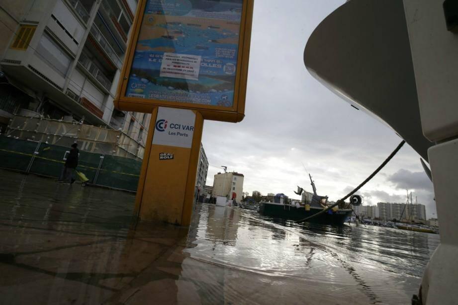 L'eau de mer a débordé sur le quai Cronstadt.