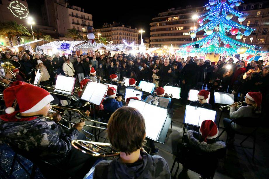 Ce vendredi soir, le maire de Toulon les entraîne à sa suite pour découvrir le village de Noël, place de la Liberté.
