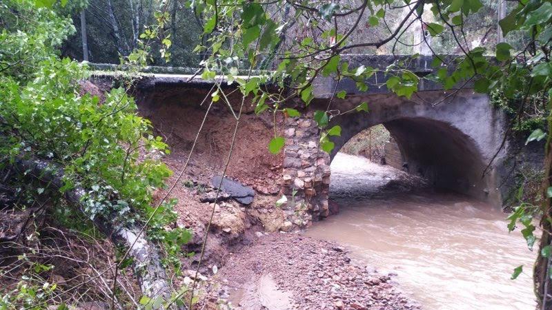 Le pont Saint-Jean, qui relie les départements du Var et des Alpes-Maritimes via la RN7, s'est partiellement effondré.