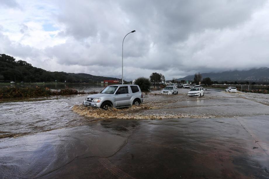 La ville d'Ajaccio déjà inaccessible par les airs et la mer sera bientôt également isolée par la terre, tous les axes routiers seront fermés durant la nuit.