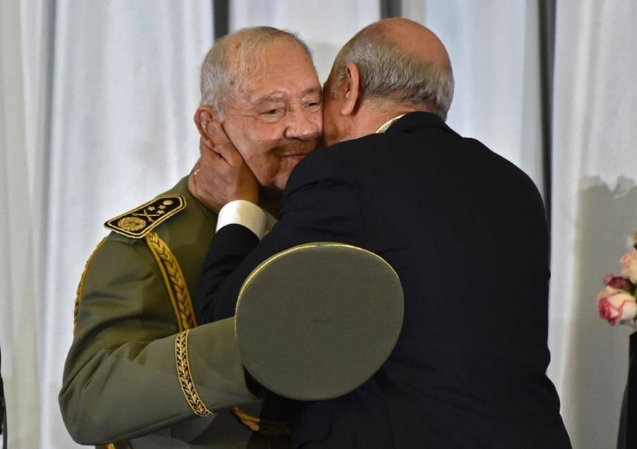 Embrassade entre le nouveau président algérien Abdelmadjid Tebboune (G) et le chef d'état-major de l'armée, le général Ahmed Gaïd Salah, le 19 décembre 2019 à Alger