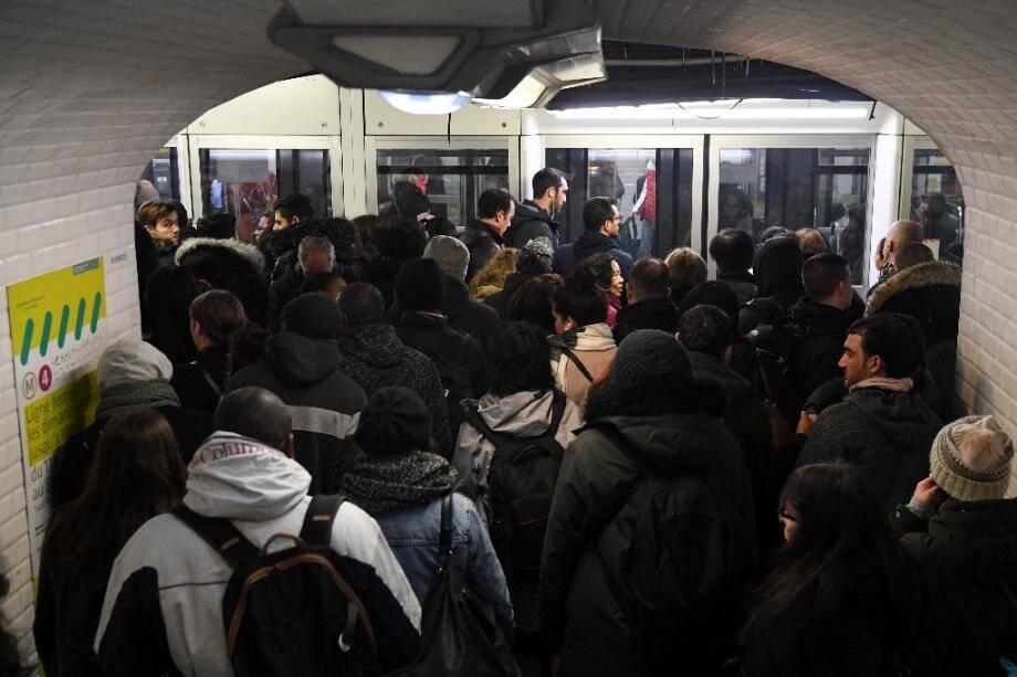 Sur le quai de la station de métro Gare du Nord à Paris le 18 décembre 2019