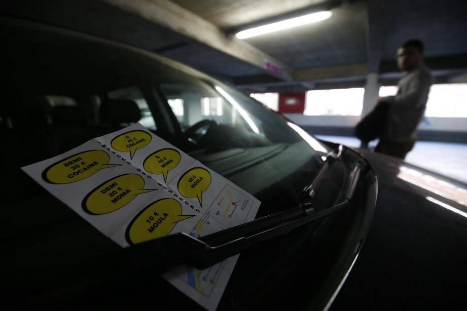 Depuis quelques jours, des tracts blancs, avec des bulles de BD jaune et un plan, ont fait leur apparition sur les pare-brise