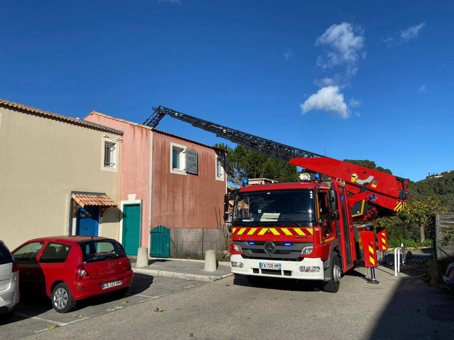 Les pompiers sont notamment intervenus pour des tuiles envolées par le vent dans un lotissement de Saint-Isidore, à Nice.