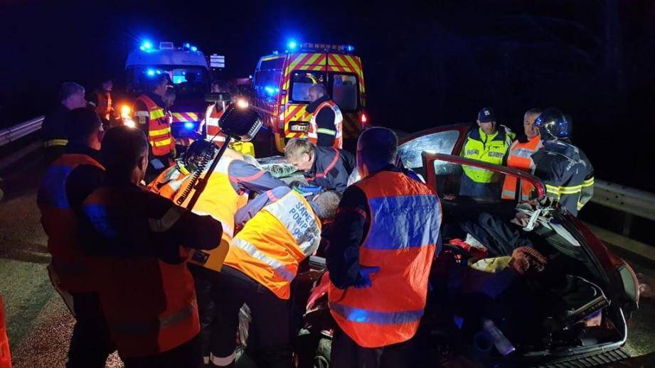 La collision s'est produite au niveau du viaduc de Bancairon. Trois véhicules, dont un mini bus, sont entrés en collision. La route menant aux stations de ski a dû être coupée.