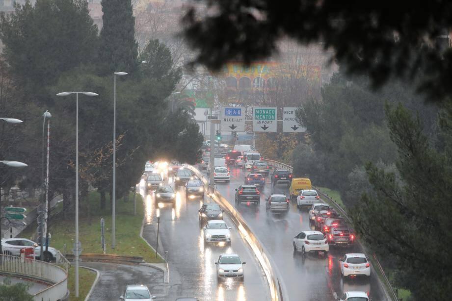 Plusieurs axes routiers sont inaccessibles en raison des précipitations de ce vendredi 20 décembre dans le département des Alpes-Maritimes. On fait le point ce vendredi à la mi-journée