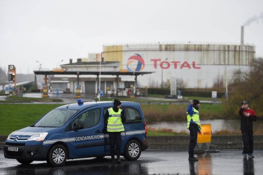 Des gendarmes devant la raffinerie Total de Gonfreville-l'Orcher, près du Havre, après un incendie qui s'est décalré dans la nuit, le 14 décembre 2019