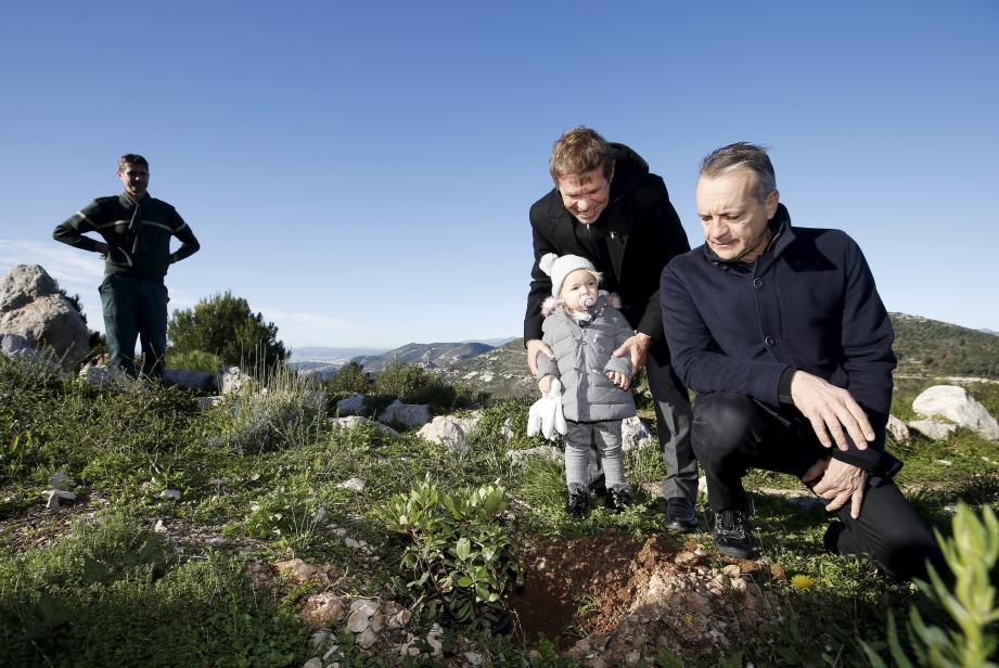 Sous l'œil du maire Georges Marsan, Fanny et son grand-père, Jacques Pastor, ont symboliquement planté un arbre sur les contreforts de la Tête de chien, respectant une tradition lancée en mairie depuis 2008.