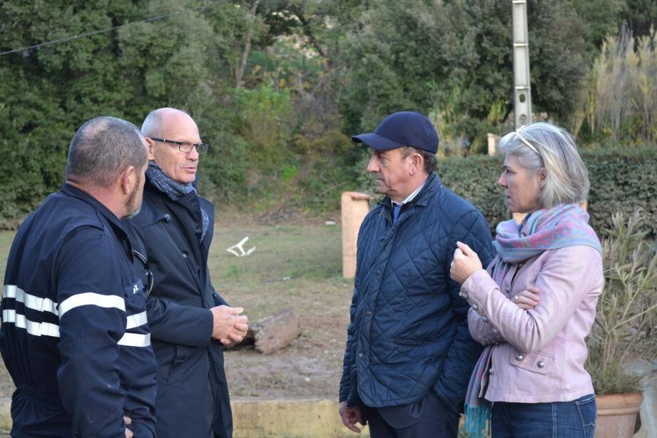 Le sous-préfet Eric de Wispelaere (à gauche), en compagnie de Claude Alemagna et de Sereine Mauborgne (à droite) dans le quartier de la Vignaubière.