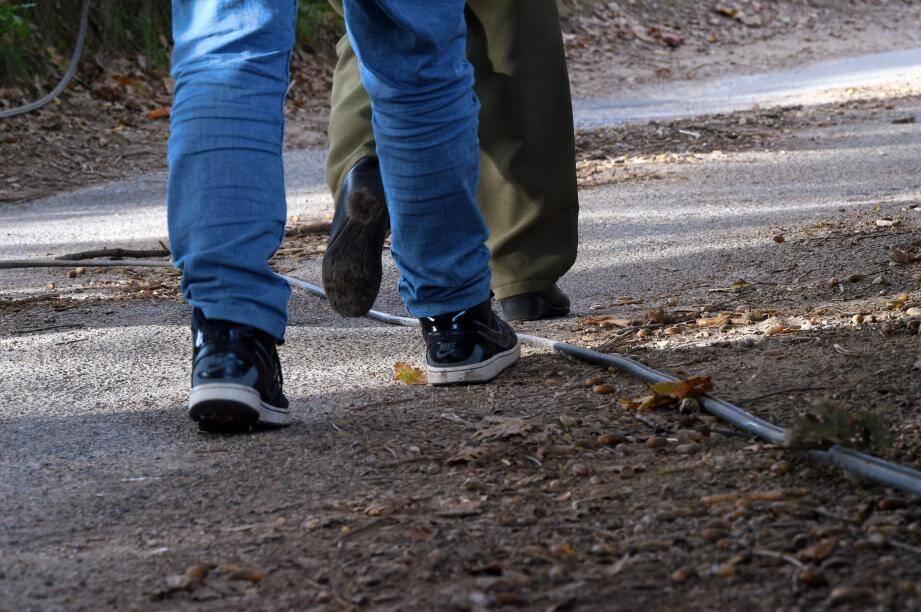 Des habitants du quartier s'étonnent que personne n'intervienne sur ce câble, tombé sur la chaussée depuis plus de trois mois.