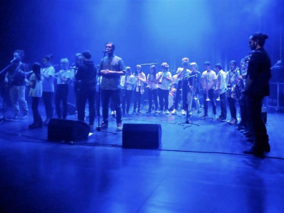 A l'issue du concert les spectateurs ont relevé le talent d'écriture et la qualité musicale du groupe Alambic. L'accueil ados du centre social redistribuera les jouets aux associations solidaires de la Provence Verte.