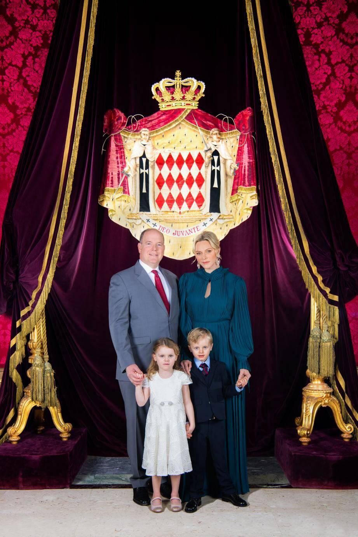 Aux cotés du prince Albert II et de la princesse Charlène, le prince héréditaire Jacques et la princesse Gabriella prennent la pose debout, dans la Salle du Trône du Palais princier. (Photo Eric Mathon /Palais princier)