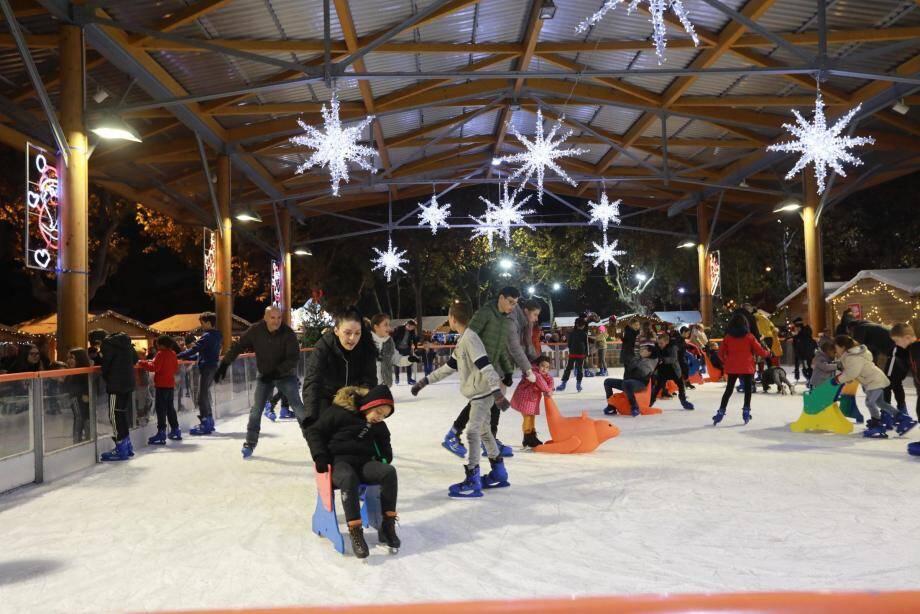 Premières glissades sur la patinoire, place Vicomtesse de Noailles.