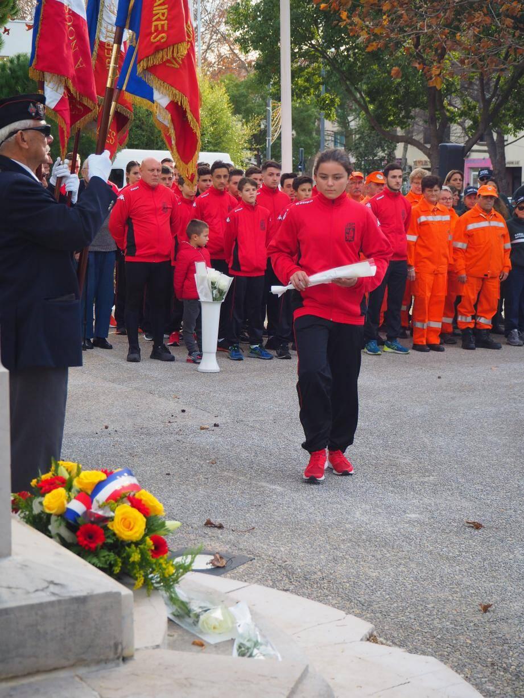 Après la gerbe déposée par le maire Jean-Sébastien Vialatte, Dominique Ducasse et Thierry Mas Saint-Guiral, les JSP qui ont déposé à tour de rôle une rose blanche pour chacun des soldats.