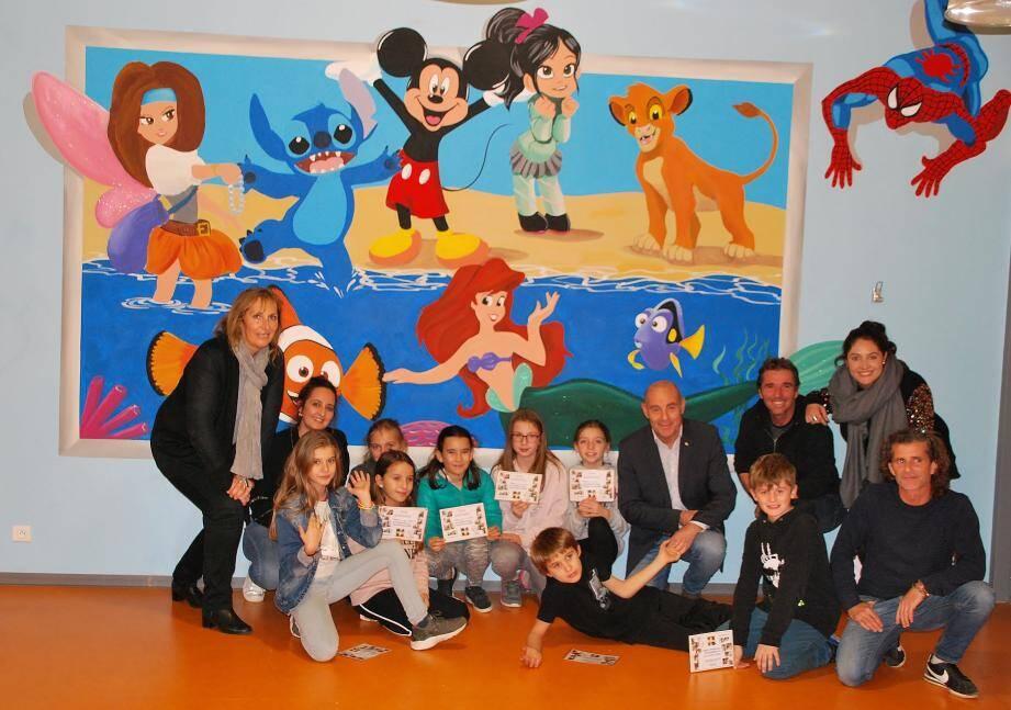 Les enfants avec Marc Ubeda, en présence du maire, de son adjointe à la jeunesse, de Manu Travi et de Manon Gonzalez responsables du périscolaire devant leur magnifique fresque.