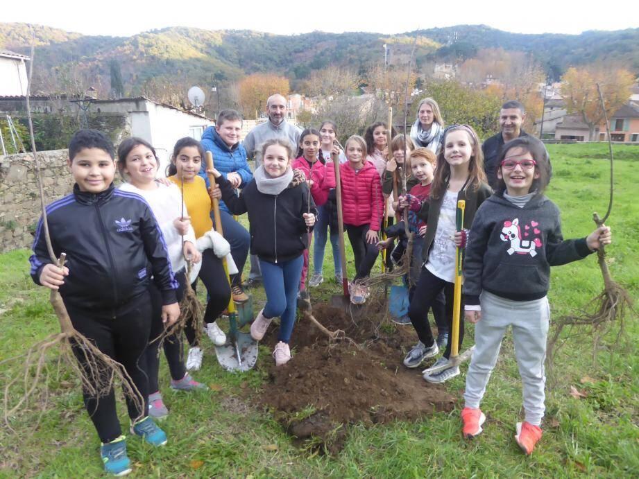 Dans la continuité de leur investissement pour arborer l'aire de « Terre Rousse », les enfants du périscolaire de l'école primaire Jean-Varenne, viennent de planter six châtaigniers greffés.
