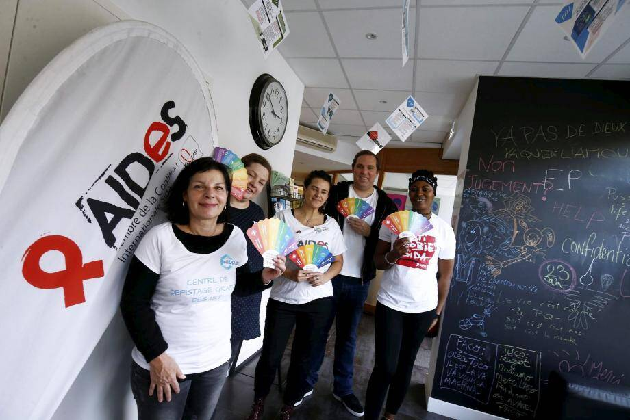 Joanna Zeludkiewicz (au centre), militante d'Aides, entourée de Jessica et Joyce, de bénévoles de l'association, ainsi que des membres du Cegidd, Édith, l'infirmière (à gauche) et du Dr Emmanuel Chevalier, responsable de la cellule.