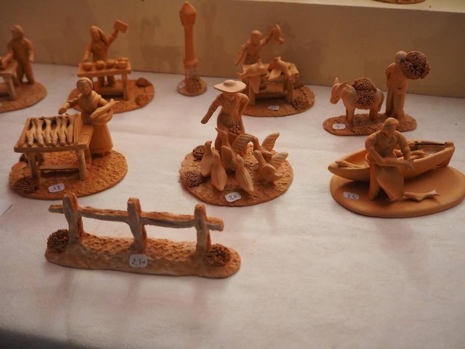 Serge Vincent expose ses santons d'argile mais, en véritable artiste, il vous parlera volontiers de ses autres sculptures.