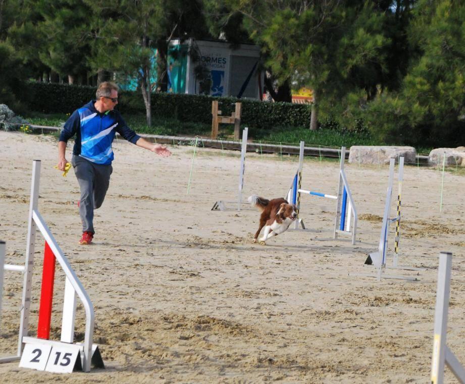 Démonstration sur le parcours avec Fabien et sa chienne (à gauche) ou de saut d'obstacles (à d.).