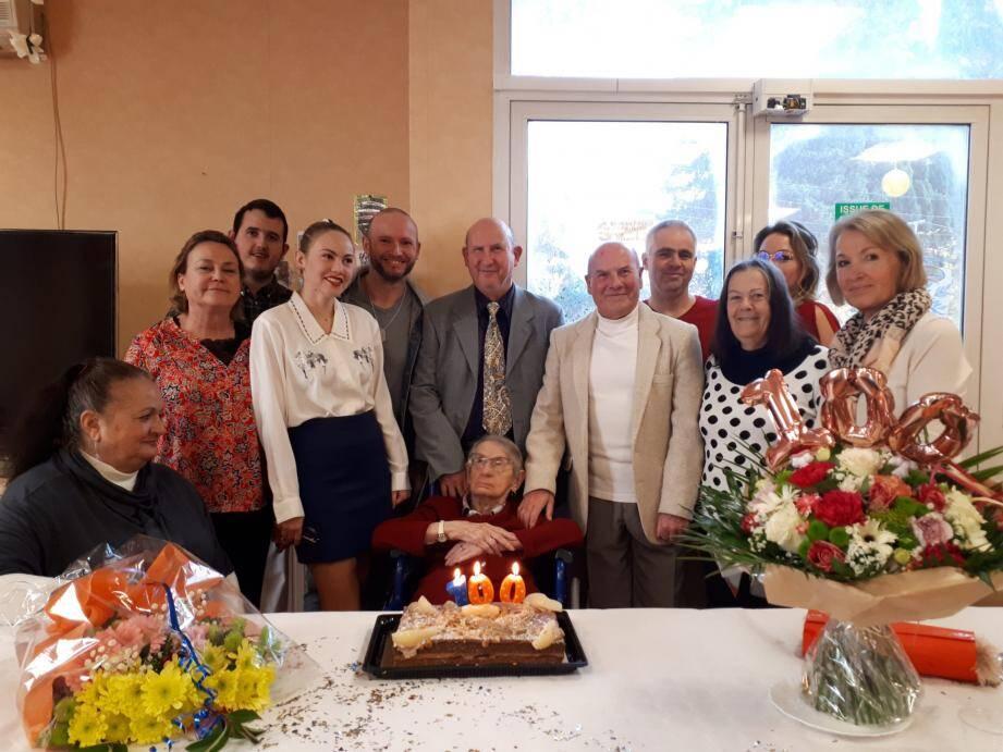 Éliette Delattre, entourée de ses enfants, ses petits-enfants et à droite Lucette Ritondale, adjointe aux personnes âgées et Marie-Hélène Parent, vice-présidente du CCAS.