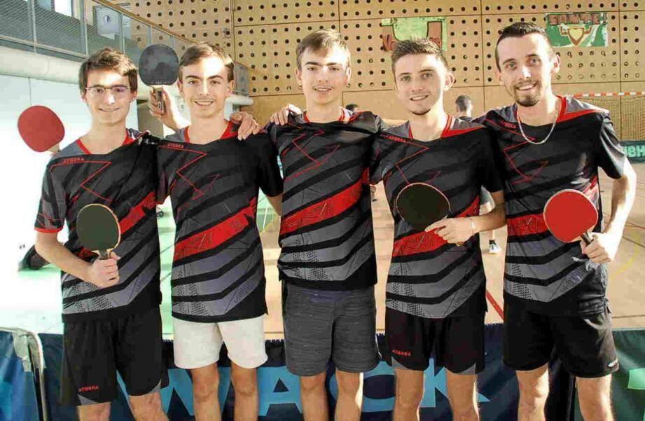 L'équipe de la MJC formée d'Adrien et Paul Douilly, Stève Bolard, Florent et Thomas Séneret (capitaine) avant son match contre Trans.