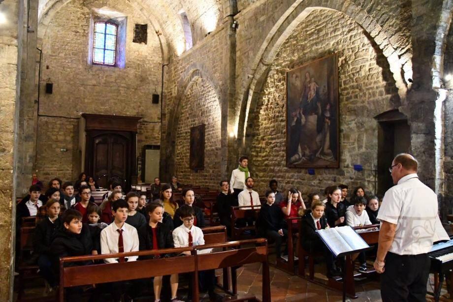 Les voix profondes de la chorale Anguelos ont merveilleusement résonné dans l'église du Castellet village.
