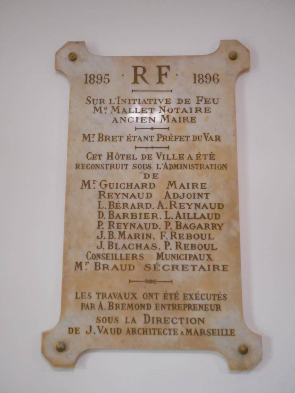 Au rez-de-chaussée, une plaque rappelle que les derniers travaux effectués remontent à 1895 et 1896 !