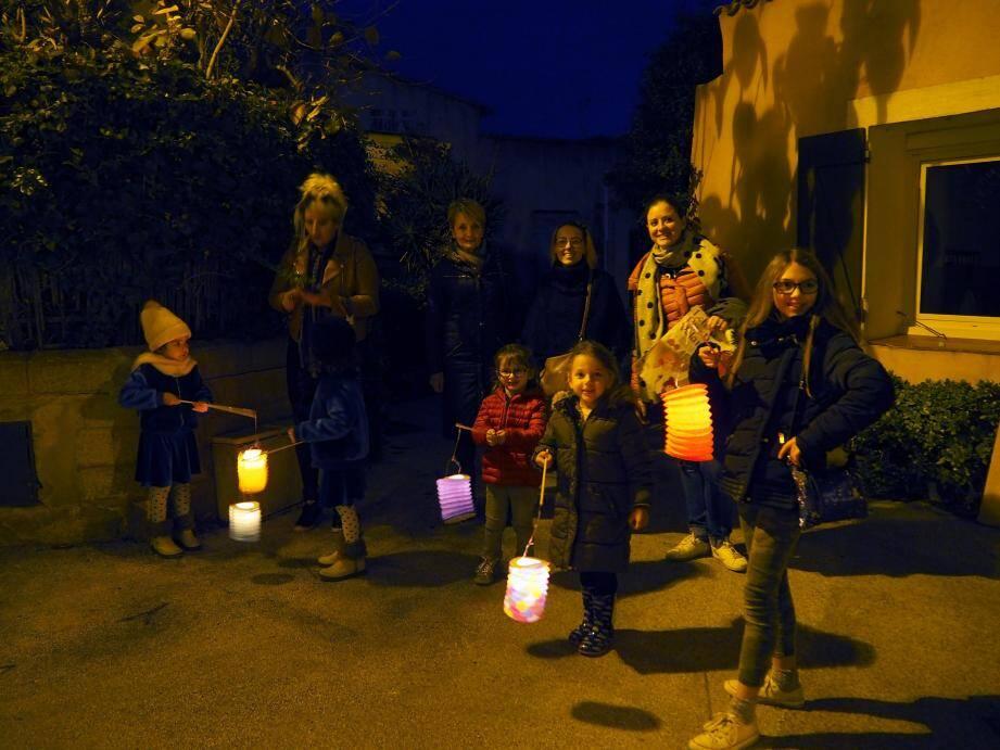 Jeudi soir, les enfants des Playes ont défilé avec leurs lampions en compagnie du Réveil six-fournais.