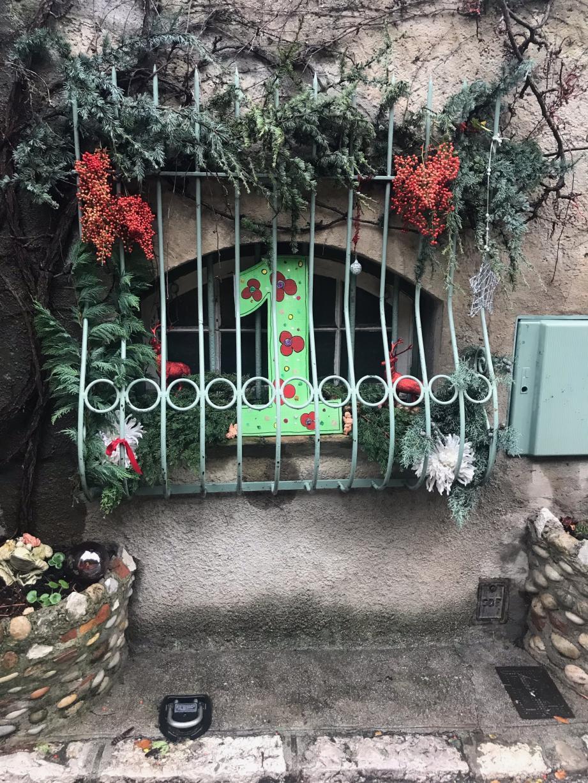 Le quartier cagnois expose une œuvre par jour, réalisée par les habitants, jusqu'à la veille de Noël. (DR)