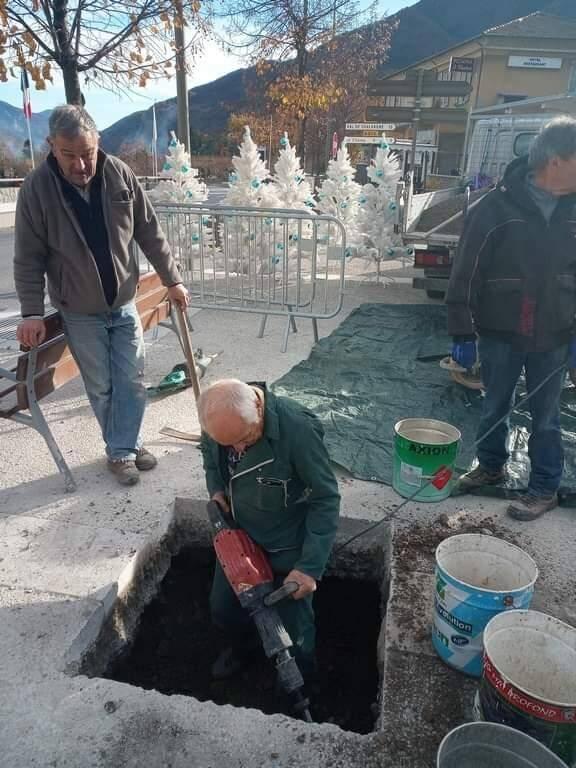 Gilbert Laurent et Richard Champoussin pendant la préparation de la pose du socle qui recevra la statue de Vauban.(DR)
