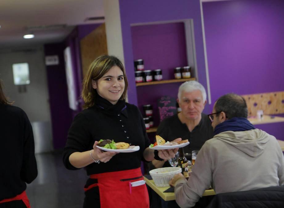 Audrey, toujours souriante, est à l'aise avec les clients et aime son métier.