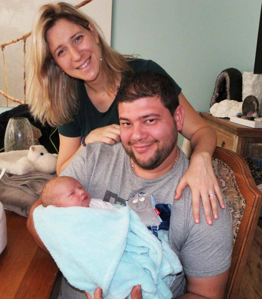 Adrien, avec ses parents Gladys et Fabien, fait partie des très rares enfants nés à domicile.