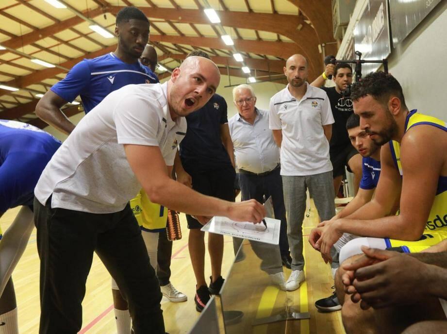 Valentin Castel (au premier plan) paye les mauvais résultats de l'équipe. Son assistant Jean-Christophe Nivière (au second plan) le remplace au pied levé avant la réception d'Aix-Venelles.