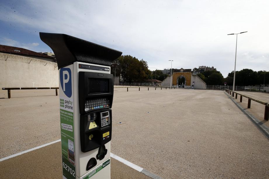 """Le parc de stationnement qui est mitoyen au palais de justice est payant """"pour le rendre facilement accessible à tous""""."""