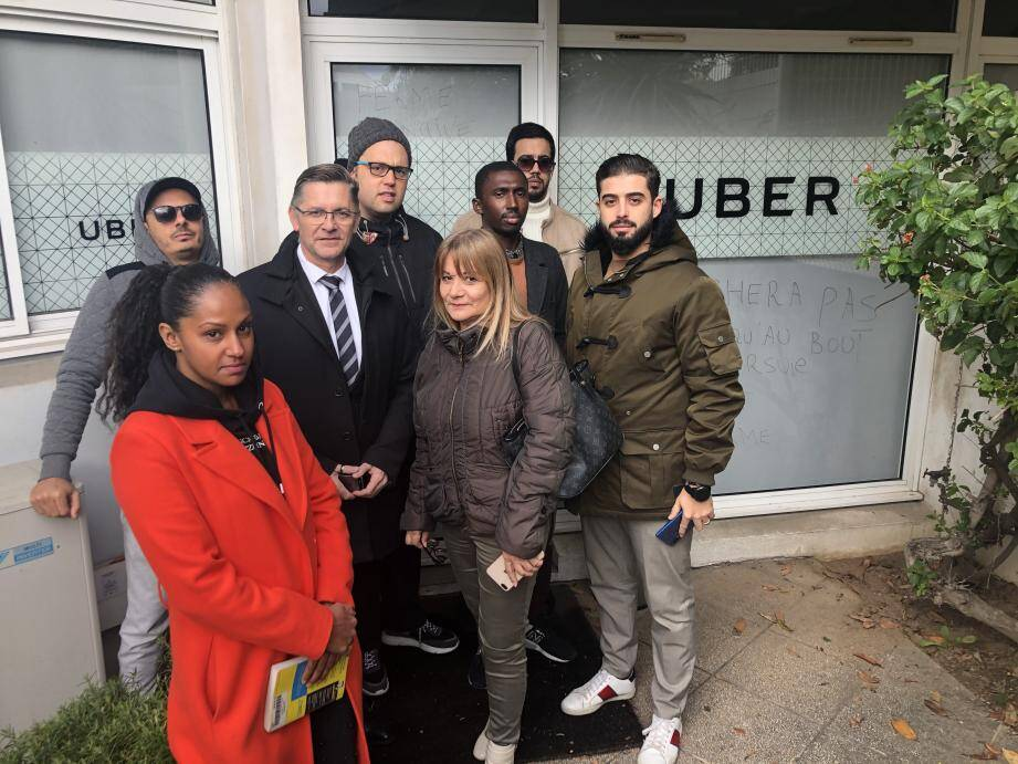 Des chauffeurs VTC bloquent depuis quinze jours les bureaux de Uber à Nice.